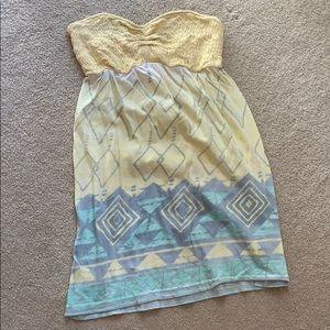 Yellow strapless Billabong dress. Size: S